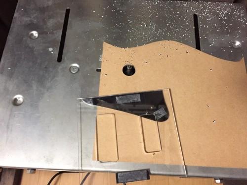 トリマーでストレートに削る