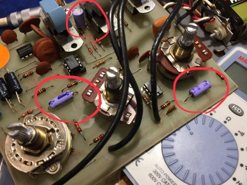 電界コンデンサに逆電圧がかかっている