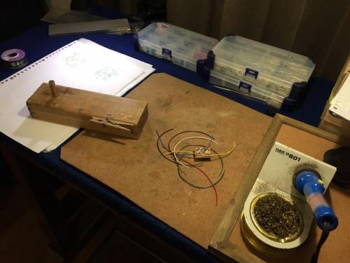 部品の配線作業