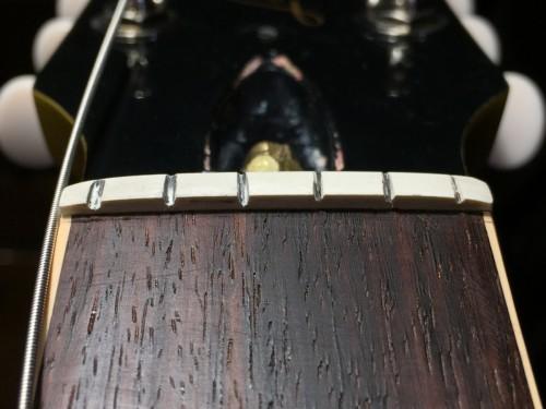 4弦の溝が深い
