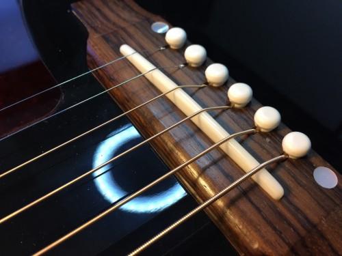 弦を張った状態のサドル