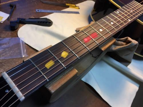アコースティックギターのデッドポイントとボディの共鳴に由来するビリ付きの位置関係