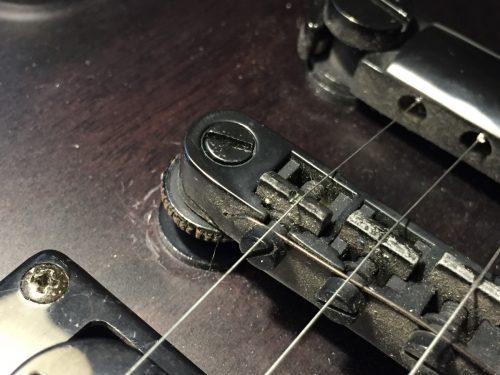 1弦がサドル溝にはまっていない